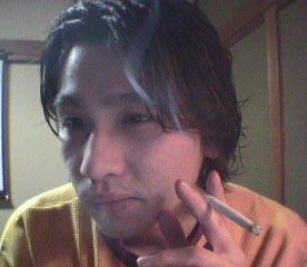 児玉義弘 煙草をふかす・・。